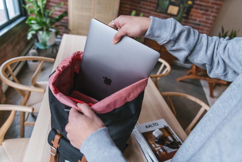 Kantong laptop membuat perangkat Anda terpisah dari item lain di dalam tas