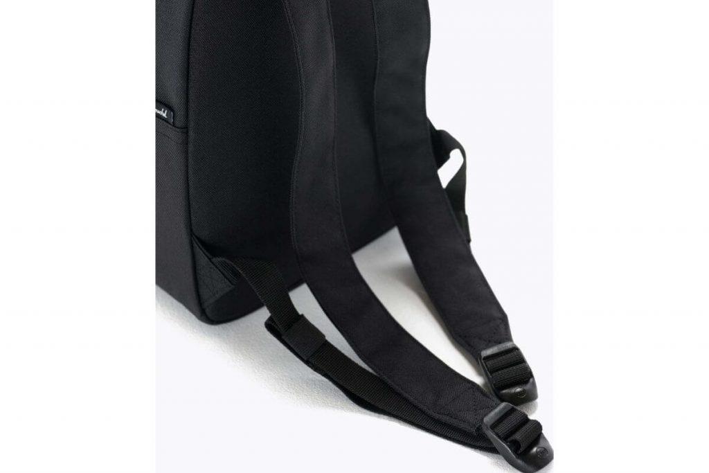 Tali bahu ramping yang bisa disesuaikan